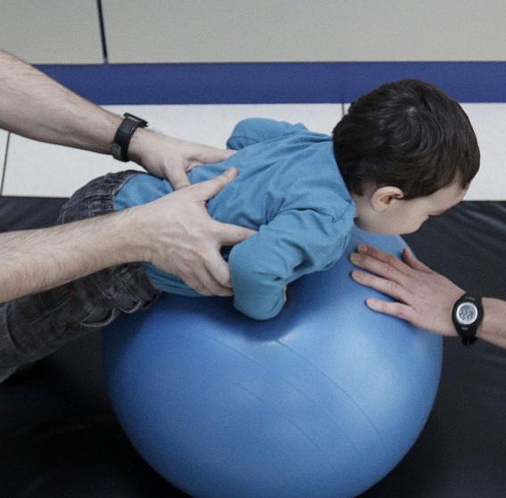 La distrofia muscular requiere trabajo fisioterapéutico temprano para tratar de dar independencia al paciente.