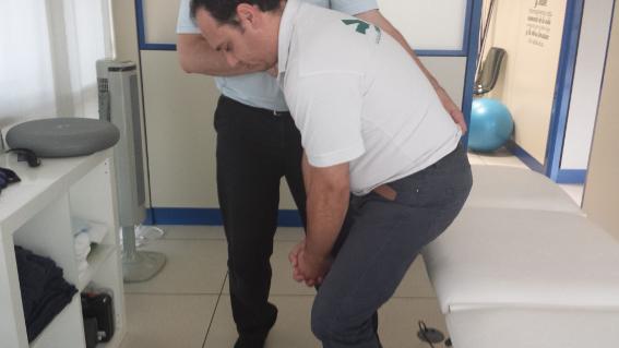Algunos ejercicios del método Bobath se centran en corregir posturas.