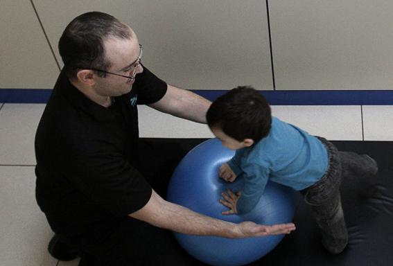 La fisioterapia neurológica infantil trabaja, entre otros aspectos, la movilidad de los niños.