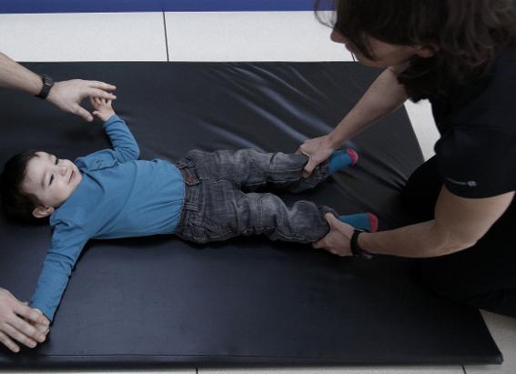 El fisioterapeuta enseña a los familiares cómo deben realizarse los ejercicios.