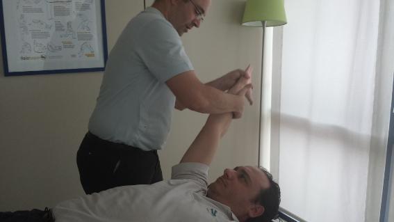 Los estiramientos son una de las técnicas que consigue reducir los dolores y contracturas.