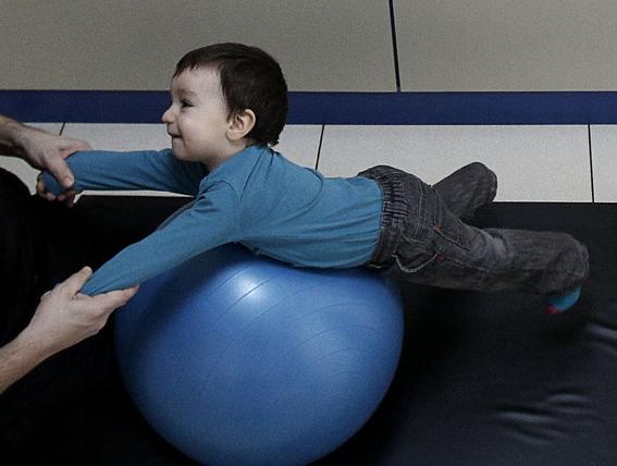 La fisioterapia neurológica se convierte para los niños casi en un juego.