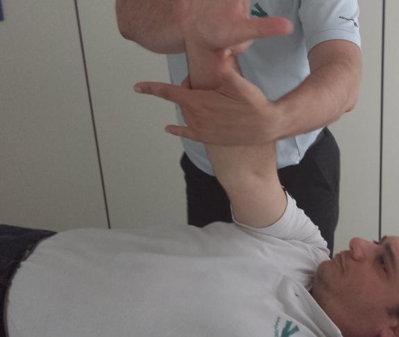 Los ejercicios diarios en su hogar le ayudarán a recuperar la movilidad de los brazos.