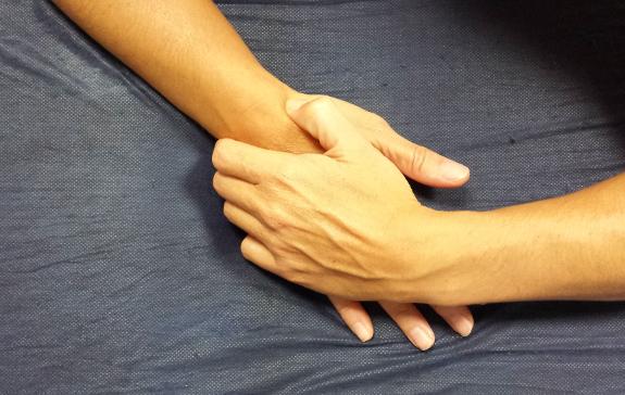 El entumecimiento de las manos es común en pacientes con esclerosis.