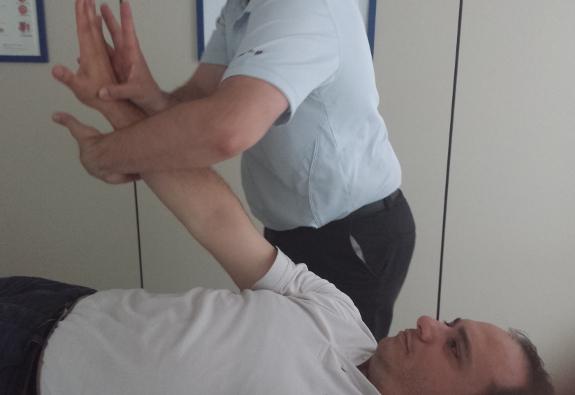 Su familia puede ayudarle a realizar sencillos ejercicios para la mano.