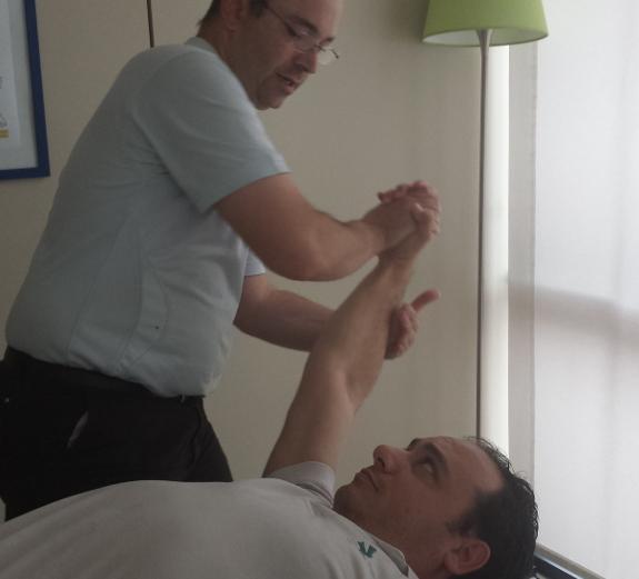 En las personas jóvenes con esclerosis la fisioterapia puede ayudar a mejorar su calidad de vida.