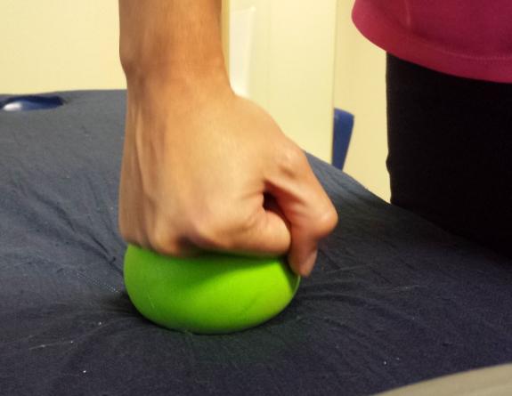 El fisioterapeuta muestra cómo hay que realizar los ejercicios para la mano.