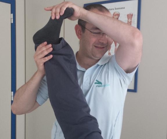 Los familiares pueden ayudarle a realizar ejercicios de extensión de pierna.