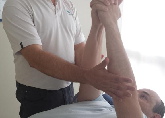 Su fisioterapeuta le ayudará a eliminar contracturas en los hombros típicas de la distrofia.