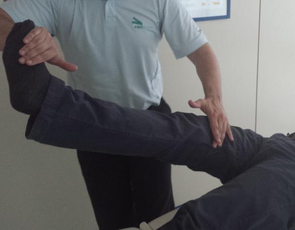 Los masajes en las piernas ayudan a eliminar los dolores provocados por la inmovilidad.