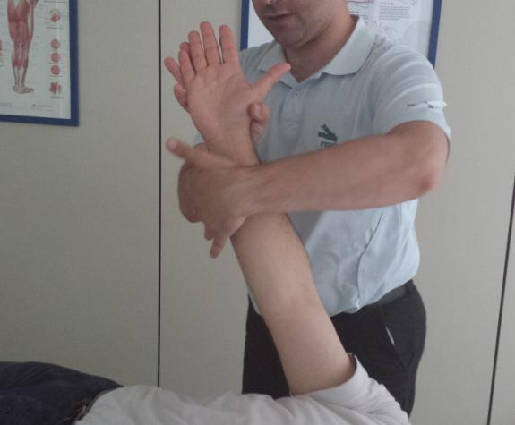 Su fisioterapeuta le ayudará a hacer ejercicios para recuperar la sensibilidad y movilidad después de un ictus.