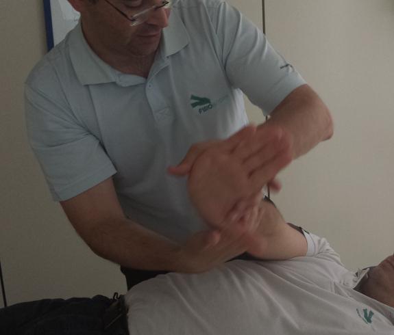 Trabajar la fortaleza y movilidad de la mano es unos de los objetivos de la fisioterapia para pacientes de Parkinson.