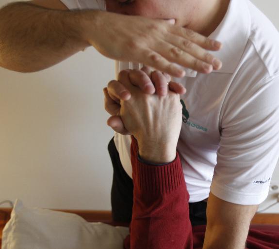Los masajes fisioterapéuticos ayudan a mantener ágiles las extremidades de los pacientes con Alzheimer.