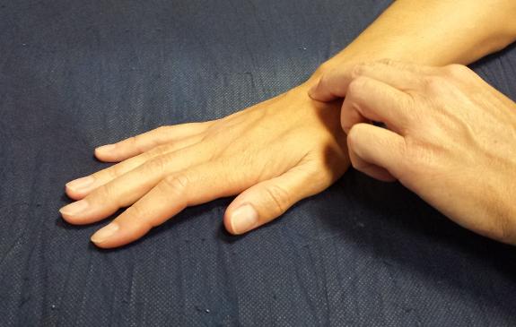 La aplicación de masajes en las manos es fundamental para recuperar la fuerza.
