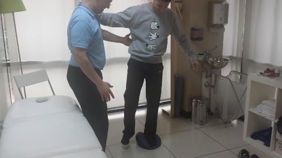 El trabajo diaro con su fisioterapeuta le ayudará a recuperar su movilidad tras un ictus.