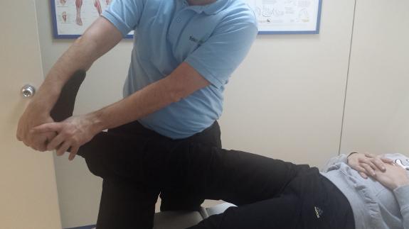 La acción de los masajes fisioterapéuticos ayuda a paliar los dolores de la esclerosis.