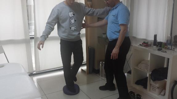 Trabajar el equilibrio es fundamental para recuperar la movilidad.